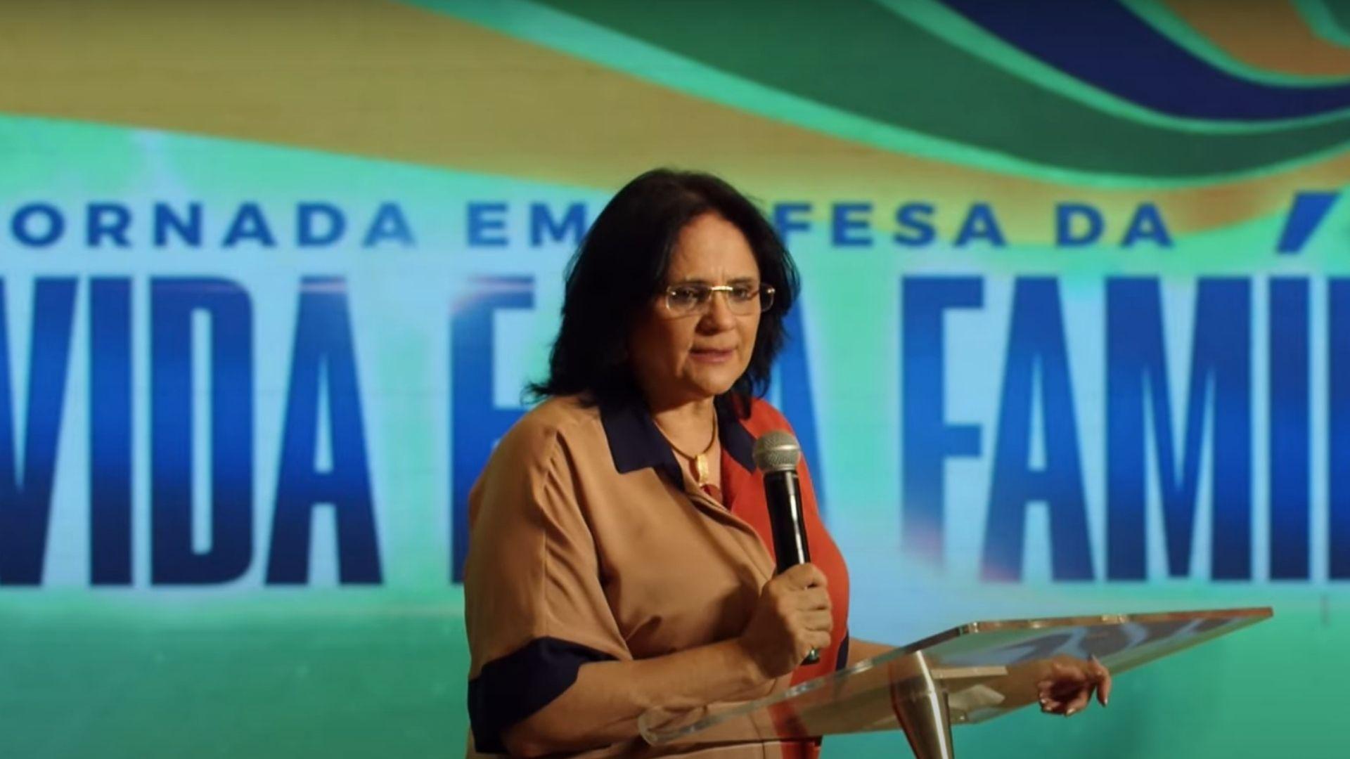 """""""Não é esquerda ou direita que vai transformar o Brasil, mas a Igreja"""", diz Damares Alves"""