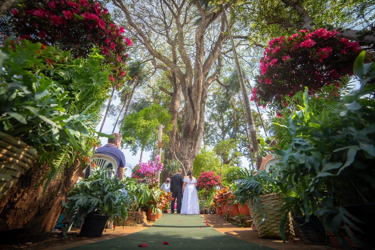 Noivos cristãos se casam embaixo da árvore onde se conheceram: 'A espera valeu a pena'