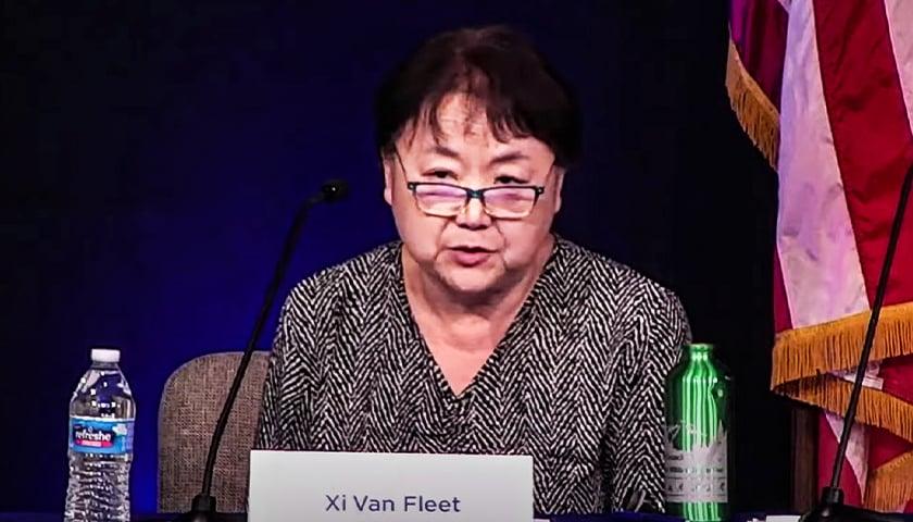 """Mãe que escapou da China diz que vê """"táticas comunistas"""" nas escolas dos EUA"""