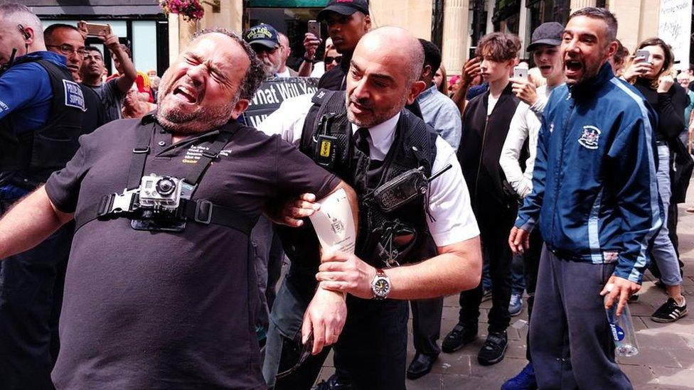 Pregadores de rua que foram presos na Inglaterra lutam por liberdade no tribunal