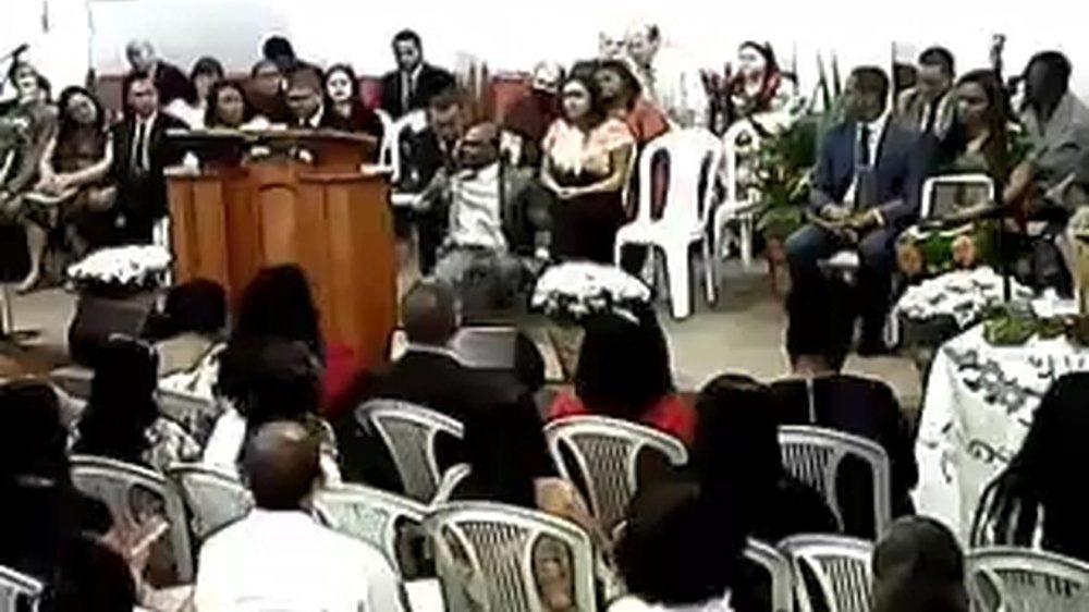 Pastor tem AVC em culto enquanto cantava 'não deixe um soldado ferido morrer'