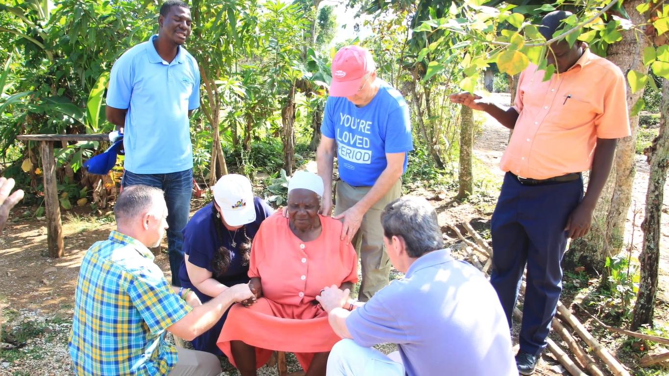 Jovens levam feiticeira a Cristo durante viagem missionária no Haiti